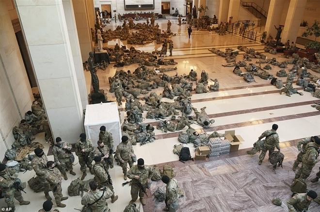 Vệ binh Quốc gia Mỹ nằm la liệt trong tòa nhà Quốc hội. (Ảnh: AP)
