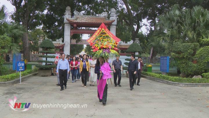 Đoàn cán bộ Văn phòng HĐND tỉnh dâng hương tại khu di tích Kim Liên.