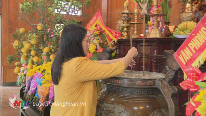 Phó Chủ tịch HĐND tỉnh Cao Thị Hiền dâng hương trước anh linh Chủ tịch Hồ Chí Miinh