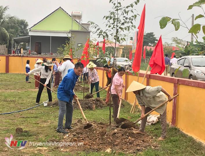Bà con nhân dân và học sinh trồng cây tại khuôn viên sân vận động xã Nghĩa Thắng.