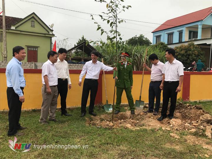 Lãnh đạo huyện trồng cây tại lễ phát động.