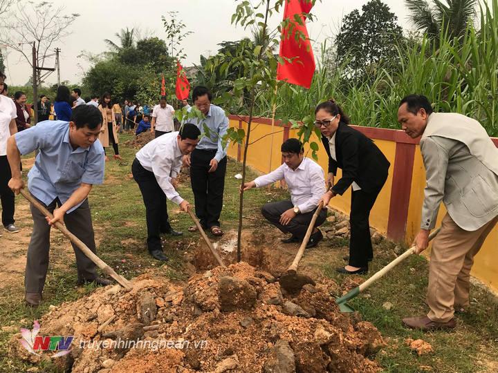 Lãnh đạo huyện và xã trồng cây tại khuôn viên sân vận động xã Nghĩa Thắng.