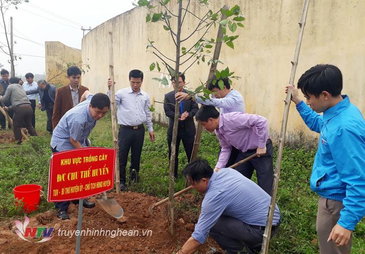 Ông Chu Thế Huyền - Bí thư Huyện ủy Diễn Châu tham gia trồng cây tại khu vực sân vận động huyện