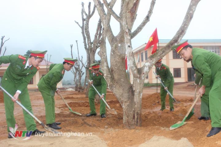 Trụ sở mới của đơn vị được trồng hàng chục loại cây lớn tạo bóng mát cho đơn vị xanh sạch đẹp.