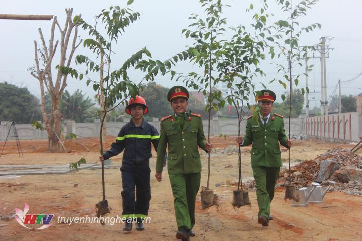 Các chiến sỹ trẻ Đội cảnh sát Chữa cháy và cứu nạn cứu hộ số 6 hồ hởi tham gia trồng cây đầu Xuân góp phần làm nên màu xanh cho quê hương