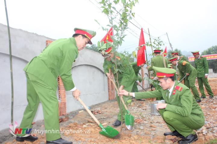 Trồng cây đầu xuân đã trở thành truyền thống tốt đẹp của dân tộc Việt Nam để nhớ ơn lời căn dặn của Bác đối với mùa xuân của đất nước