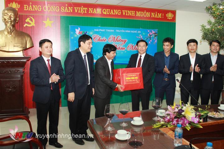 Phó Thủ tướng Vương Đình Huệ  tặng quà, chúc Tết CBCNVC Đài PTTH Nghệ An.