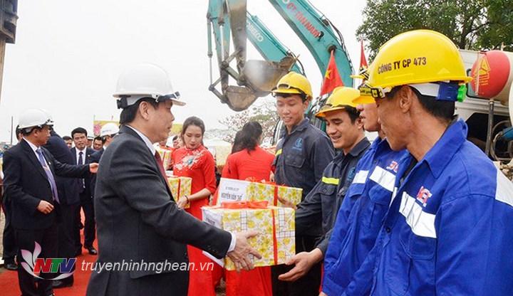 Bộ trưởng Bộ GTVT Nguyễn Văn Thể tặng quà cho công nhân tại công trường.