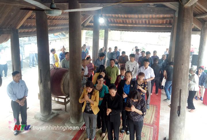 Đông đảo bà con nhân dân tại địa phương đến thắp hương cầu khấn bình an.