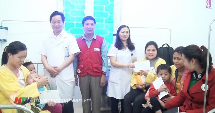 Tặng quà cho các bệnh nhân nhi.