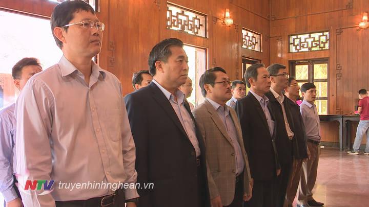 Các đại biểu thành kính tưởng niệm trước anh linh Chủ tịch Hồ Chí Minh.