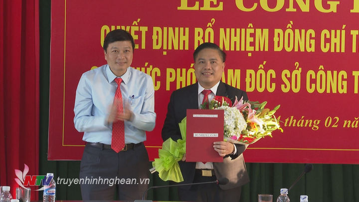 Phó Chủ tịch UBND tỉnh Lê Hồng Vinh trao quyết định bổ nhiệm cho ông
