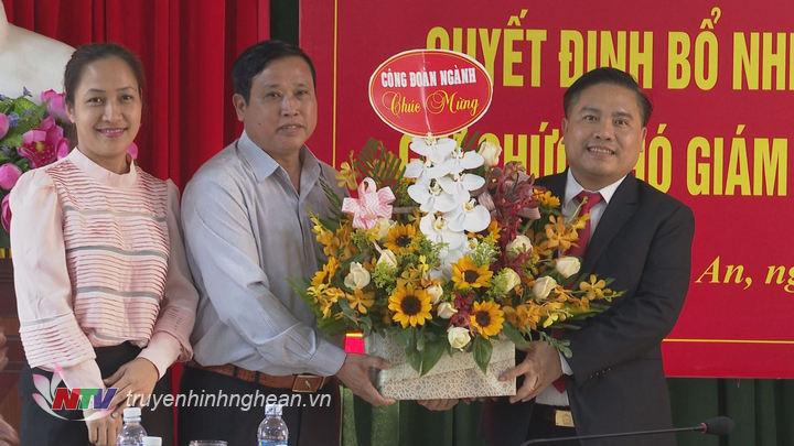 Đại diện công đoàn ngành chúc mừng tân Phó Giám đốc Sở Công thương Trần Thanh Hải.