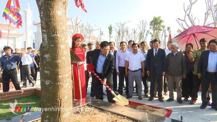 Đồng chí Hồ Đức Phớc trồng cây lưu niệm trong khuôn viên nhà thờ.