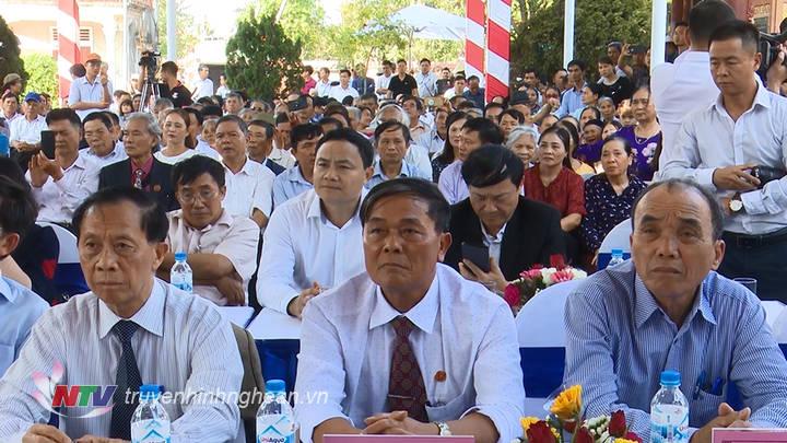 Đông đảo con em dòng họ Hồ đã về tham dự lễ khánh thành.
