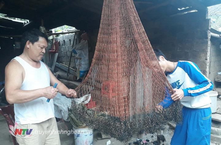 Nhiều người dân ở huyện vùng cao Kỳ Sơn chuận bị dụng cụ đi săn cá đẻ.