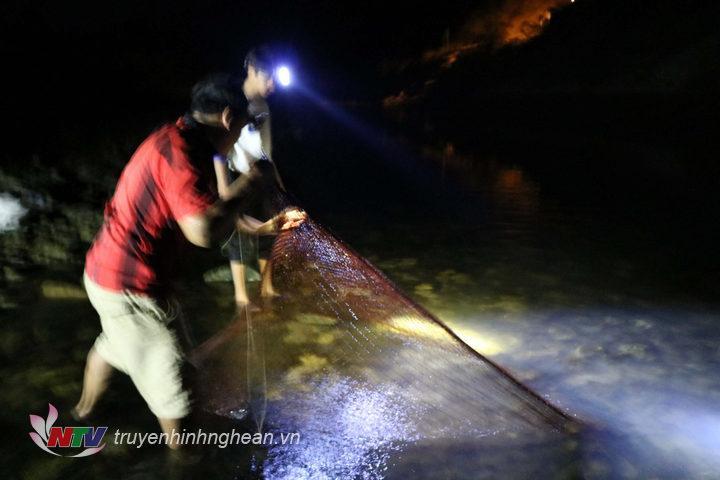 Vào các đêm trời ấm nhiều người dân vùng cao lại cùng đi săn cá, một phương thức khai thác thủy sản truyền thống được gìn giữ bao đời nay.