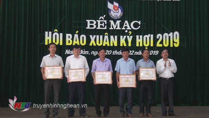 Trao thưởng cho các đơn vị có nhiều đóng góp cho thành công Hội Báo Xuân 2019.