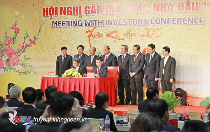 Chủ tịch UBND tỉnh Thái Thanh Quý và Ngài Tetsu Funayama, Chủ tịch kiêm CEO Công ty TNHH Mitsubishi Corporation (Việt Nam) ký kết văn kiện Hợp tác chiến lược toàn diện.