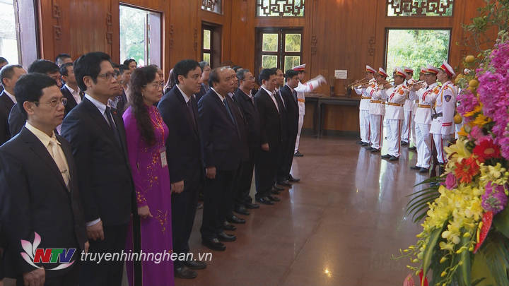 Thủ tướng Chính phủ Nguyễn Xuân Phúc và đoàn đại biểu dâng hoa, dâng hương tại Khu Di tích Kim Liên.