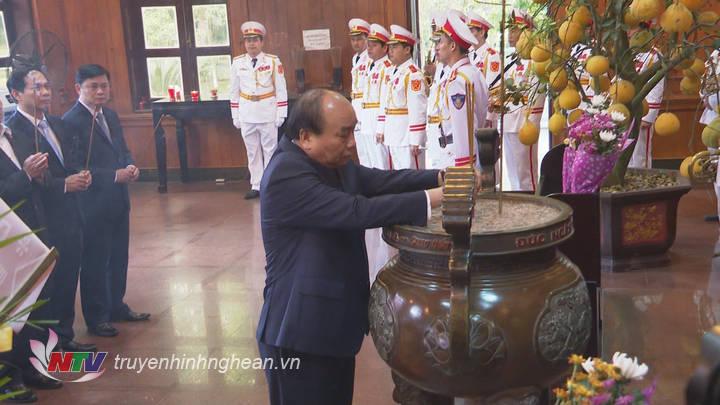 Thủ tướng Chính phủ Nguyễn Xuân Phúc dâng nén hương thơm lên anh linh Chủ tịch Hồ Chí Minh.