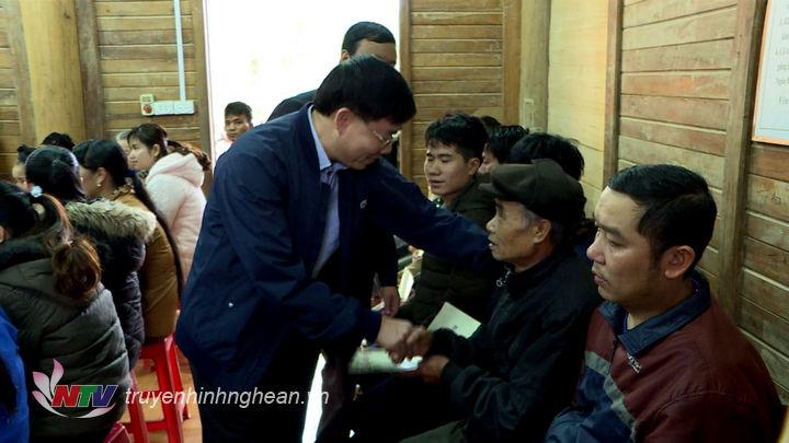 Đồng chí Nguyễn Văn Thông tặng quà, chúc Tết cho người dân Lượng Minh.