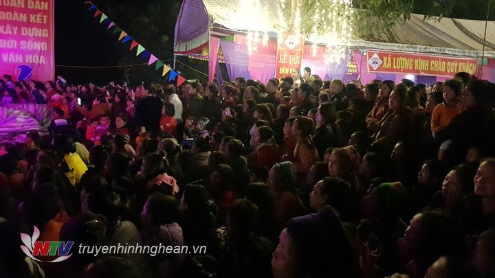 Đêm giao lưu văn nghệ đã thu hút hàng nghìn du khách