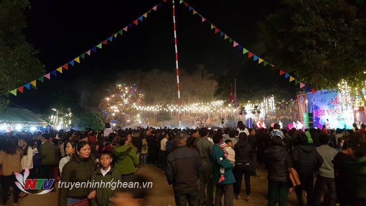 Hệ thống đèn trang trí được lắp đặt khắp khu lễ hội.