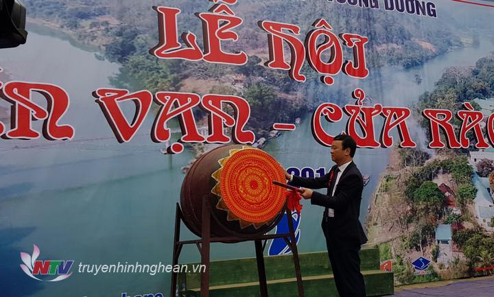 Ông Nguyễn Văn Hải - Bí thư Huyện ủy Tương Dương đánh trống khai mạc lễ hội.