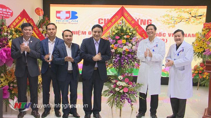 Bí thư Tỉnh ủy Nguyễn Đắc Vinh tặng hoa chúc mừng tập thể y sỹ, bác sỹ Bệnh viện Ung bướu.