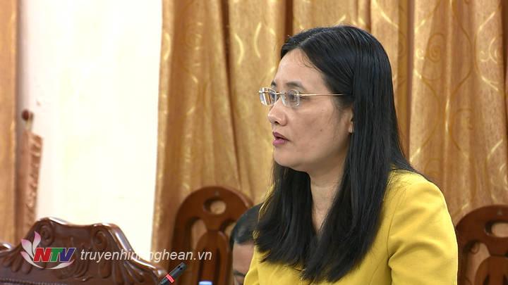 Phó Chủ tịch HĐND tỉnh Cao Thị Hiền phát biểu tại phiên họp.