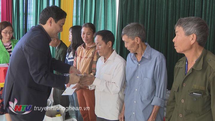 Bí thư Tỉnh uỷ Nguyễn Đắc Vinh trao quà Tết cho các hộ nghèo huyện Nghi Lộc.
