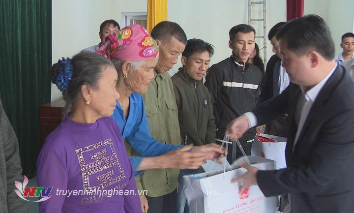 Chủ tịch UBND tỉnh Thái Thanh Quý trao quà Tết cho các hộ nghèo huyện Nghi Lộc.