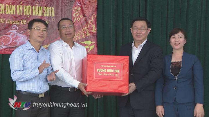 Phó Thủ tướng tặng quà chúcTết huyện Nghi Lộc.