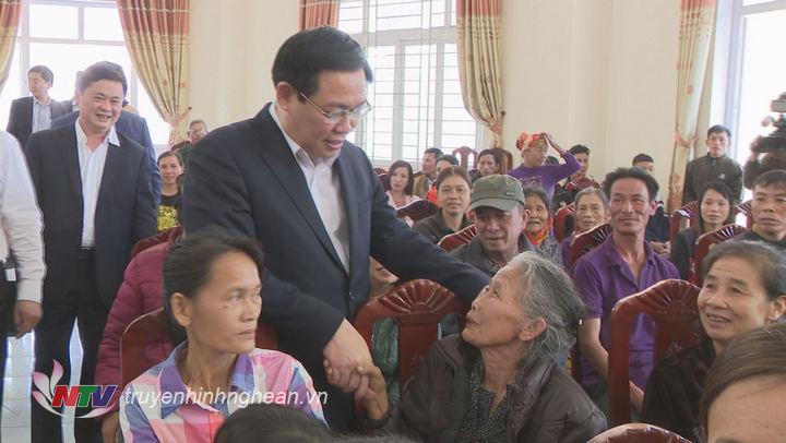 Phó Thủ tướng Vương Đình Huệ trò chuyện thân tình với bà con nhân dân huyện Nghi Lộc.