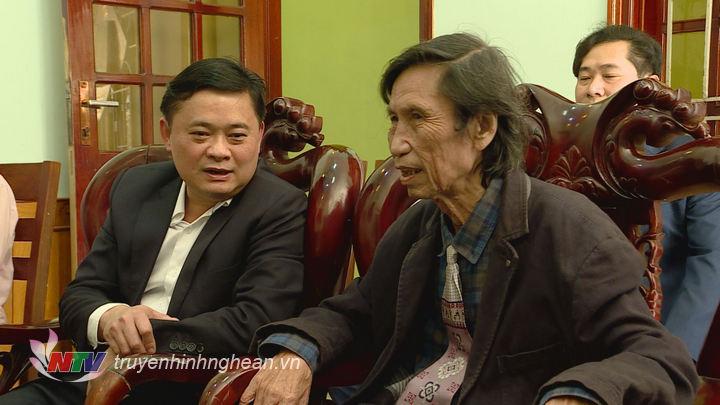 Chủ tịch UBND tỉnh Thái Thanh Quý trò chuyện thân tình với nhà thời Thạch Quỳ.