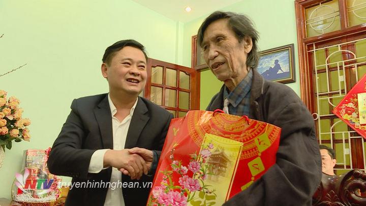 Đồng chí Thái Thanh Quý tặng quà, chúc tết nhà thơ Thạch Quỳ.