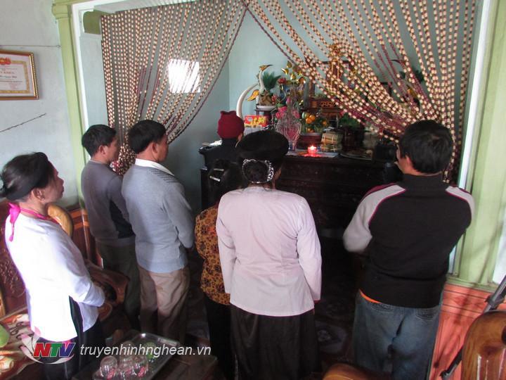 Tết là dịp để mọi thành viên trong gia đình tỏ lòng thành kính với tổ tiên.