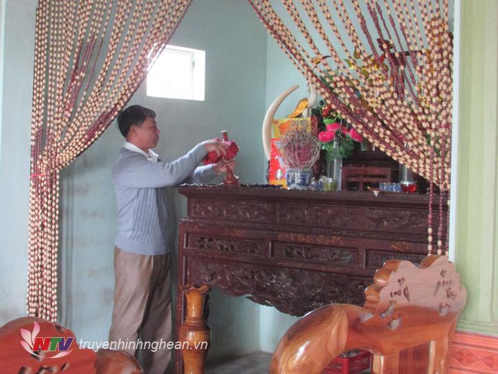 Lau dọn bàn thờ thường là việc của đàn ông trong nhà.
