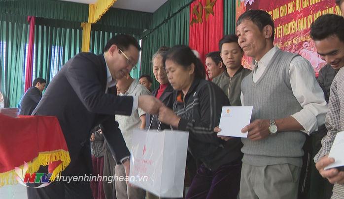 Phó Thủ tướng trao quà cho các hộ nghèo huyện Nghi Lộc.