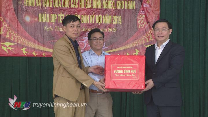 Đồng chí Vương Đình Huệ trao quà Tết cho xã Nghi Thái.