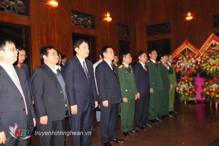 Phó Thủ tướng Vương Đình Huệ và đoàn công tác dâng hoa tưởng niệm Chủ tịch Hồ Chí Minh tại Khu Di tích