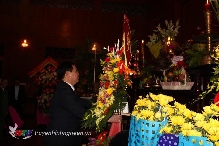 Đồng chí Vương Đình Huệ dâng hoa tưởng niệm Chủ tịch Hồ Chí Minh.