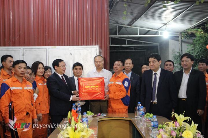 Phó Thủ tướng Vương Đình Huệ tặng quà, chúc Tết CB,CNV ngành điện lực.