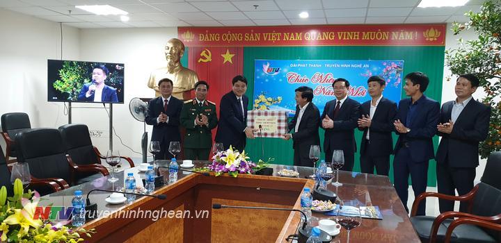 Bí thư Tỉnh uỷ Nguyễn Đắc Vinh tặng quà, chúc Tết CBCNV Đài PTTH Nghệ An.
