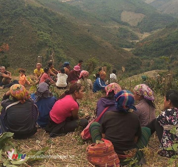 Nhiều người dân tới hiện trường phát hiện xác chết của anh Lương Văn Cợt chờ lực lượng chức năng làm rõ nguyên nhân