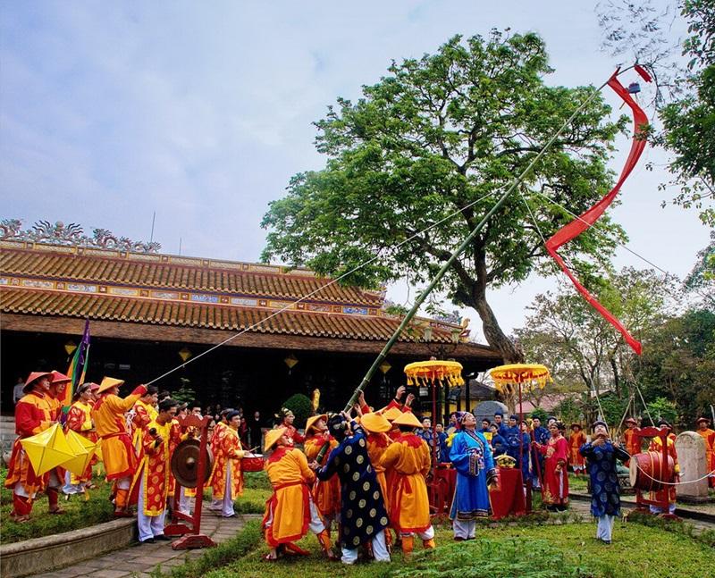 Tái hiện nghi lễ dựng cây nêu ngày Tết.