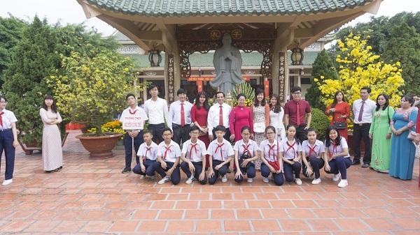 Thầy cô và các học trò thành phố Biên Hòa (Đồng Nai) chụp ảnh kỷ niệm trong ngày mùng 3 Tết Thầy.