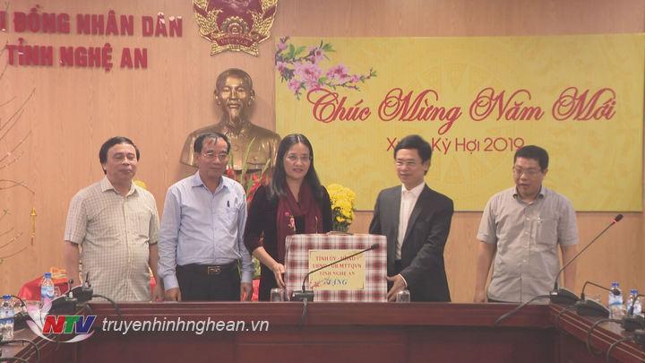 Đồng chí Nguyễn Xuân Sơn tặng quà, chúc Tết HĐND tỉnh