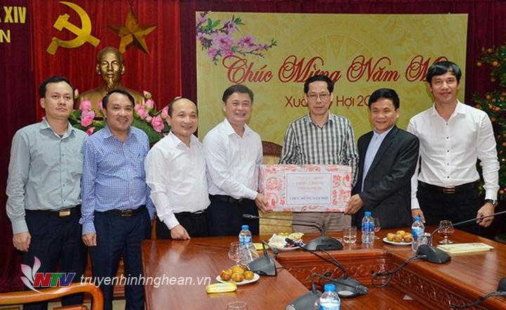 Chủ tịch UBND tỉnh Thái Thanh Quý tặng quà, chúc Tết Văn phòng